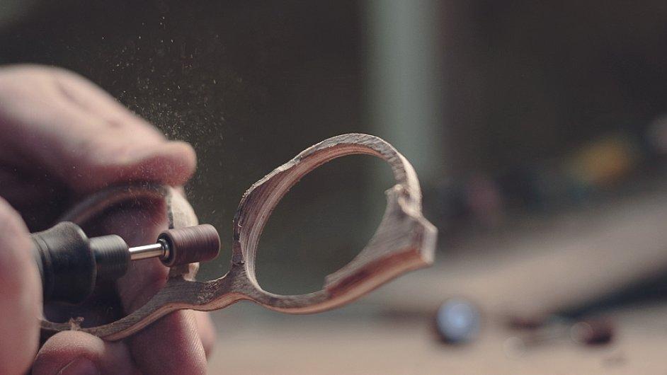 V dílně ZEW vznikají dřevěné brýlové obroučky přímo na míru.