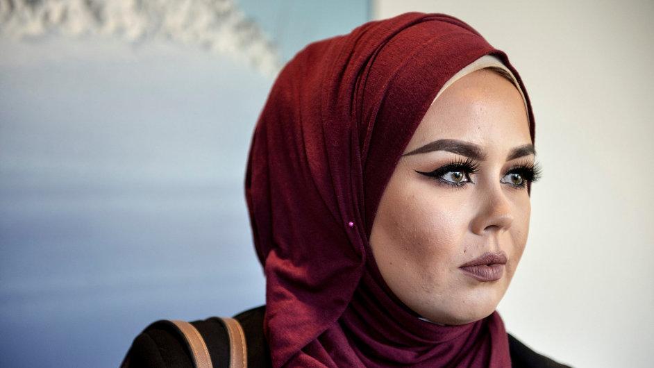 Do salonu přišla čtyřiadvacetiletá Malika Bayanová s přítelkyní a obě měly na sobě hidžáb. Kadeřnice prohlásila, že takové lidi neobsluhuje.
