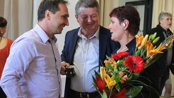 Nová senátorka Anna Hubáčková přijímá gratulace.