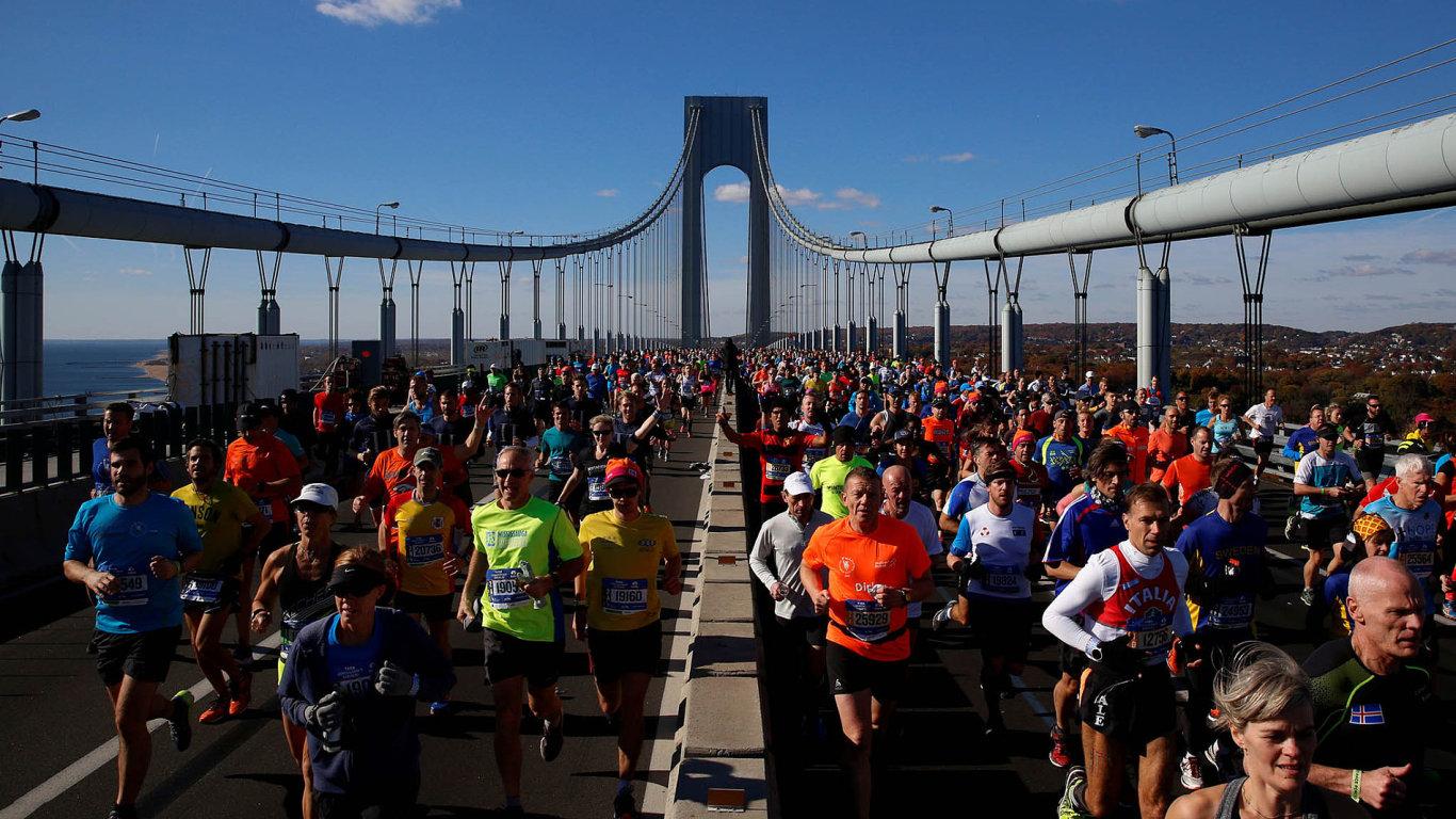 New York: Je to největší maraton světa, loni dokončilo závod rekordních 51 394 běžců. Koná se vždy první neděli vlistopadu. Trať vede přes pět čtvrtí vNew Yorku, odStaten Island přes Brooklyn.