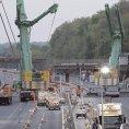 To je rychlost. Most přes dálnici postavili přes víkend, úchvatný časosběr