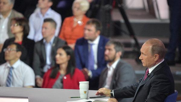 Ruský prezident ve čtvrtek rozmlouval s občany v televizi. Kritické dotazy nezazněly, byly totiž předem schválené.