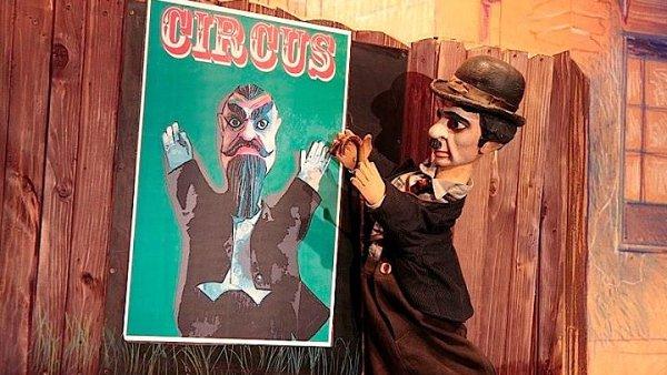 Snímek z inscenace CHA CHA CHA aneb CHArlie CHAplin a jiná CHÁska, kterou Divadlo Alfa uvede také v zahraničí.
