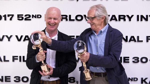 Scenárista Paul Laverty a režisér Ken Loach zapózovali s Křištálovými glóby za umělecký přínos kinematografii, které obdrželi na festivalu v Karlových Varech.