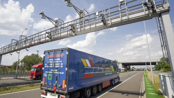 Kamion projíždí mýtnou branou (ilustrační foto).