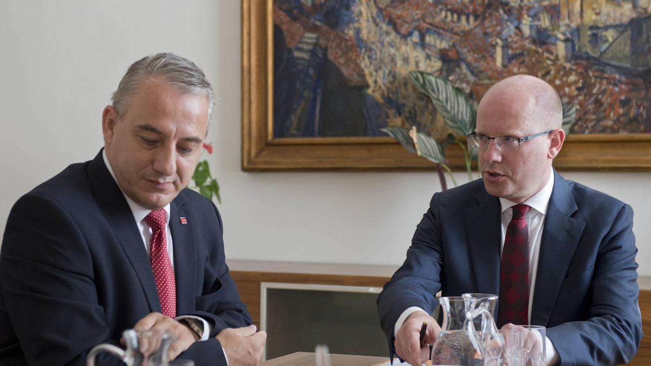 Premiér Bohuslav Sobotka (vlevo) s předsedou Českomoravské konfederace odborových svazů Josefem Středulou