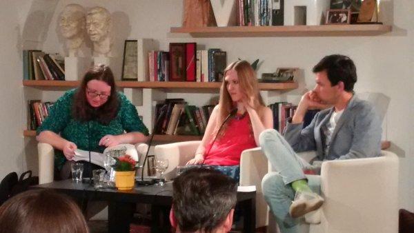 Na snímku z úterního večera v Knihovně Václava Havla jsou spisovatelky Jakuba Katalpa a Ivana Myšková. Diskusi moderoval redaktor a spisovatel Jan Němec (vpravo).