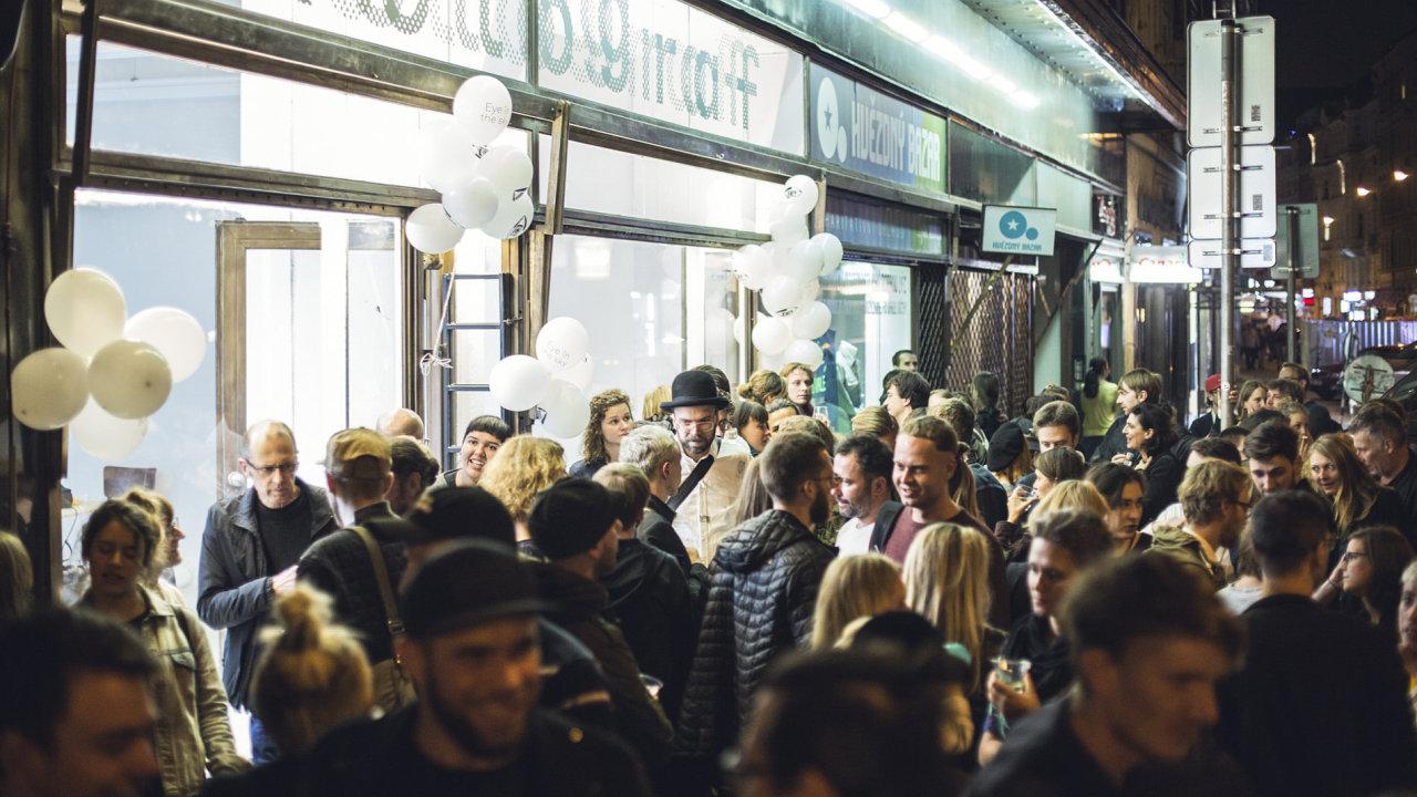Fotograf Festival letos začal znovuotevřením prostoru Fotograf Gallery na nové adrese Jungmannova 7 (na snímku).