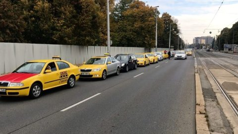 Taxikari_si_pred_protestni_jizdou_na_prazske_letiste_dali_sraz_na_Evropske_ulici.jpg