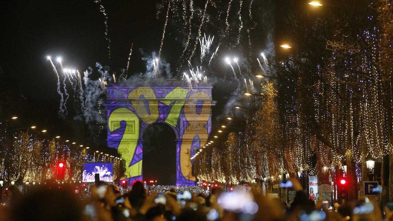Ve Francii novoroční oslavy doprovázela hořící auta.