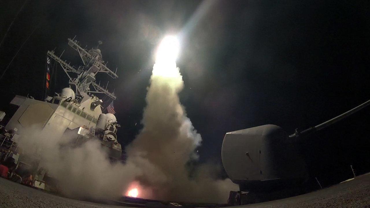 Spojené státy vypálily střely s plochou dráhou letu Tomahawk ze dvou válečných lodí ve východním Středomoří.
