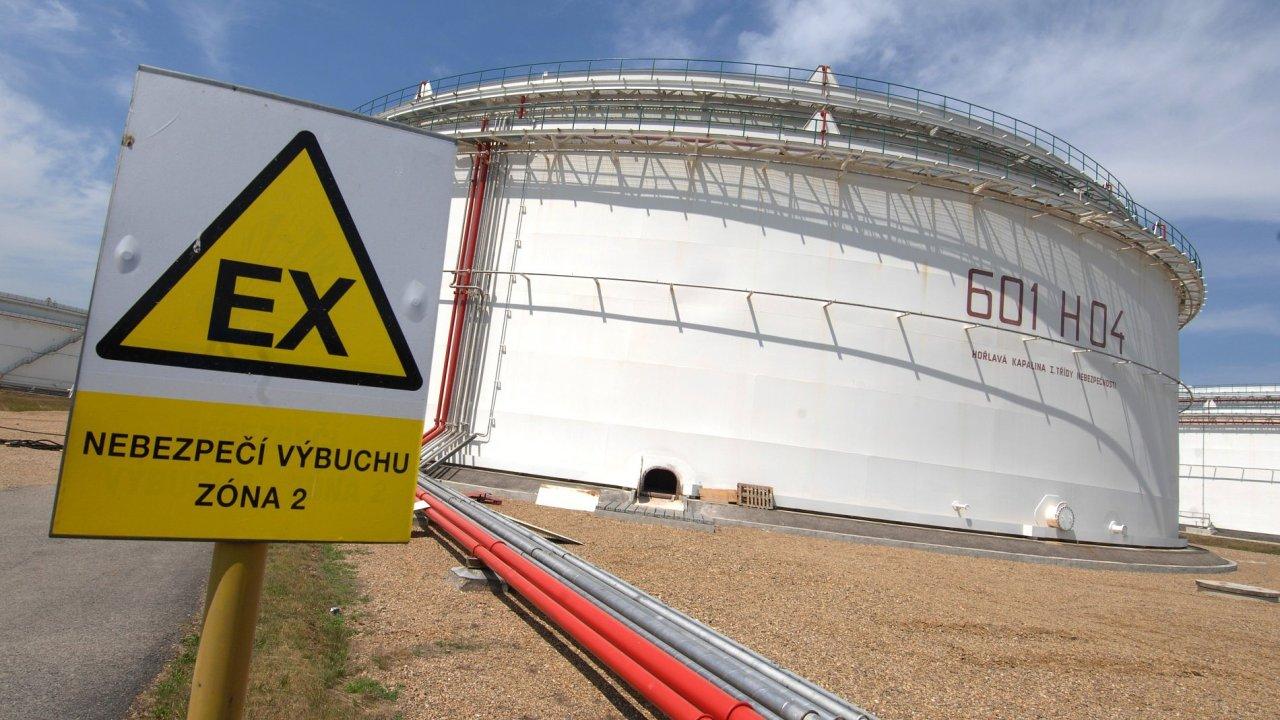Zásobníky ropy společnosti Mero u Nelahozevsi.