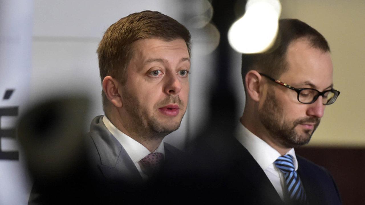 Zmírnit přísnou povinnost neuvolněných starostů a radních zveřejňovat informace o svém veškerém majetku, chtějí poslanci ze STAN (vpravo Jan Farský, vlevo Vít Rakušan).