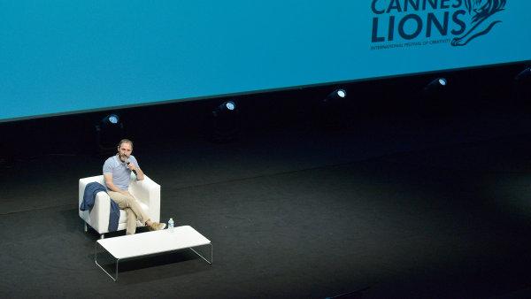 Když jste David Droga, můžete zahájit celý festival Cannes Lions na pódiu takhle úplně sám. A budete mít v sále narváno.