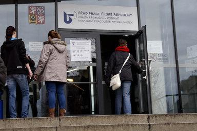 Nezaměstnanost v Česku klesla na tři procenta.