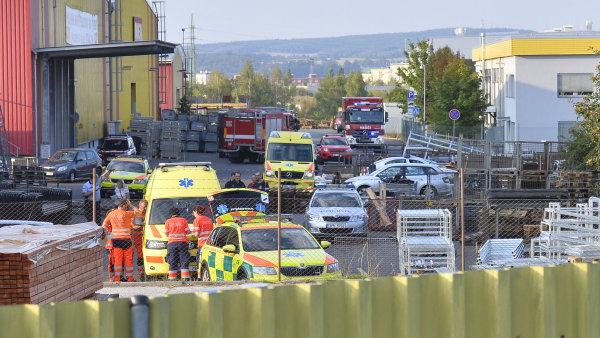 V Plzni spadl vrtulník na výrobní halu, zemřeli čtyři lidé.
