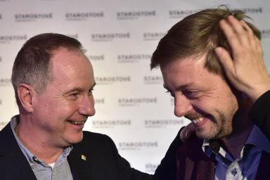Změna pro Kolín starosty a místopředsedy STAN Víta Rakušana (vpravo) obdržela ve volbách 62,81 procenta hlasů. K vítězství mu poblahopřál předseda STAN Petr Gazdík.