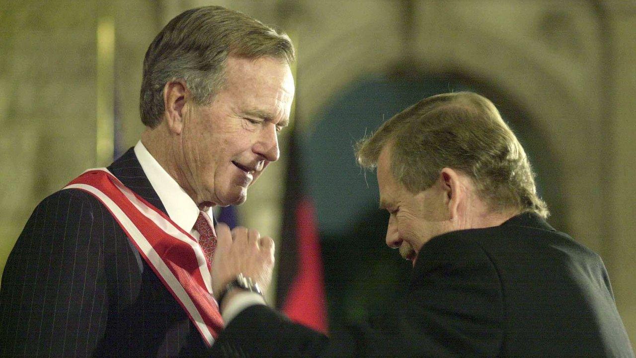 George Bush starší (vlevo) přebral 17. listopadu 1999 ve Vladislavském sále Pražského hradu z rukou Václava Havla nejvyšší české vyznamenání – Řád Bílého lva.