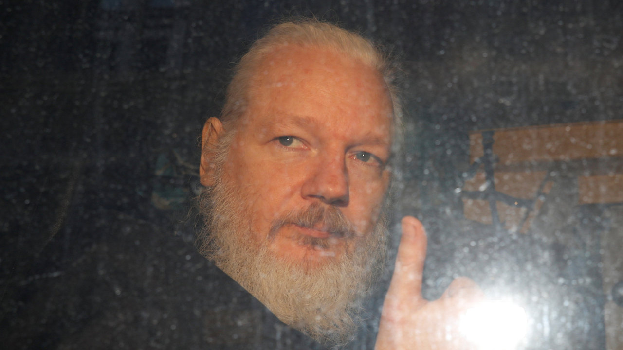 Zakladatel serveru WikiLeaks Julian Assange během převozu z policejní stanice v Londýně.