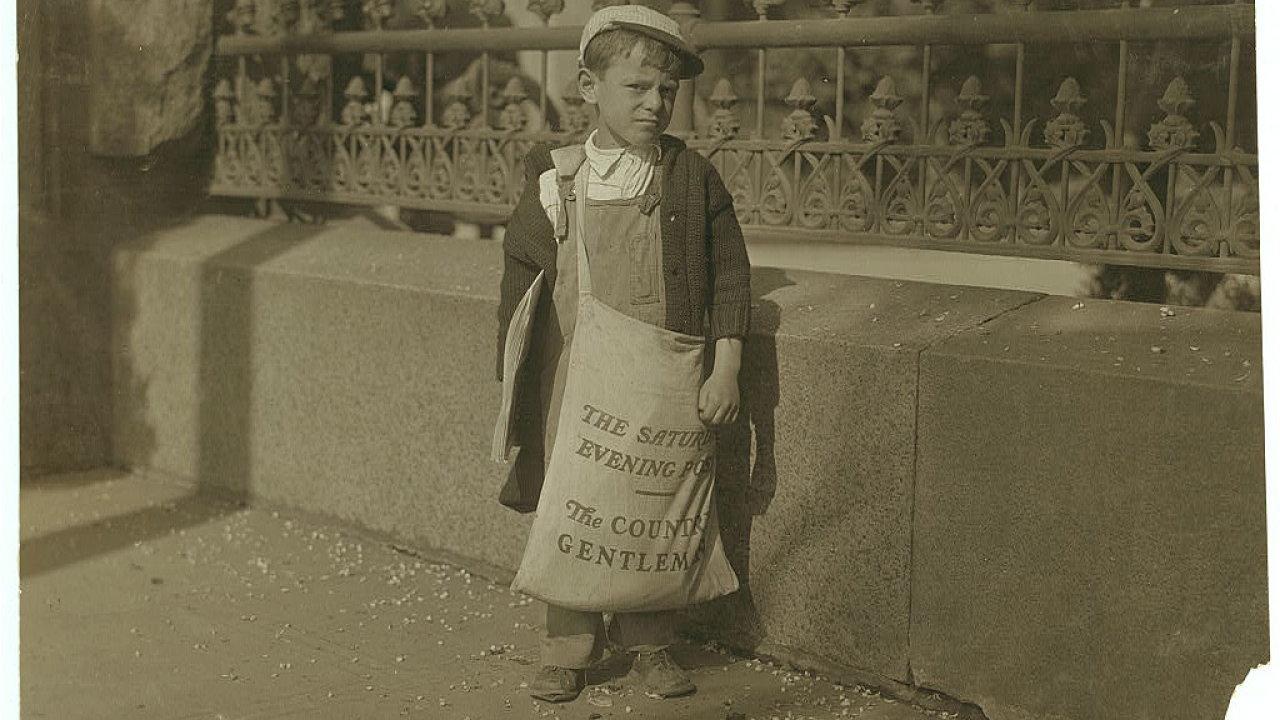 Freddie Kafer, malý prodavač novin v Sacramentu v Kalifornii kolem, roku 1910.