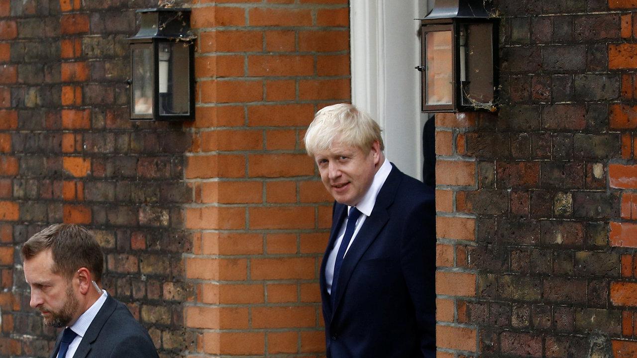 Boris Johnson opouští svoji londýnskou kancelář a stěhuje se do Downing Street 10.