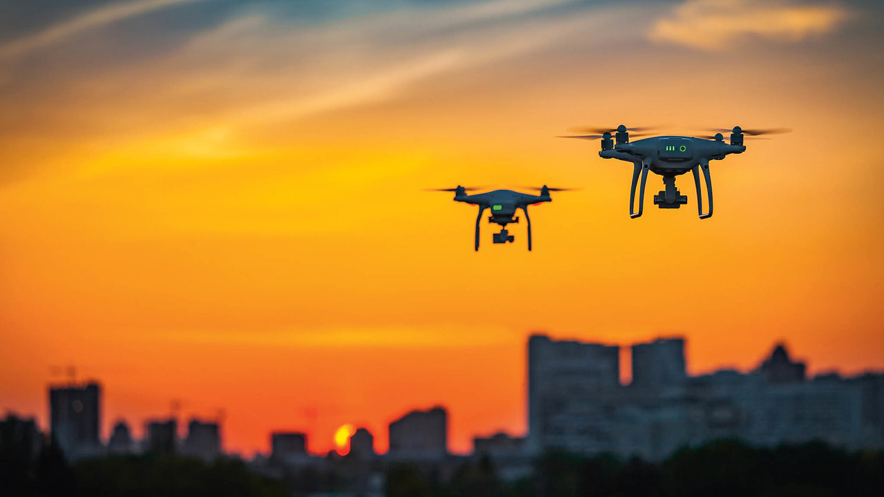 Nové předpisyobsahují řadu výkonnostních omezení pro drony ijejich kamery. Většina kvalitních strojů natrhu tyto hranice nyní překračuje.
