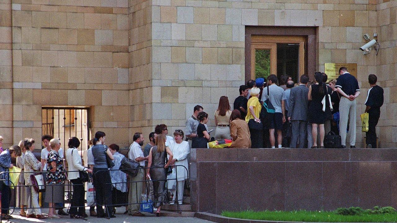Bez fronty. Zahraniční vědci žádající o práci v Česku nebudou muset vystát frontu na ambasádě, jakou je ta na snímku z Moskvy.