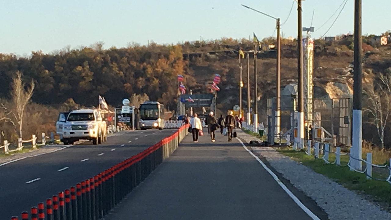 Zničená země: Uměsta Stanycja Luhanska opravili Ukrajinci most zničený během bojů mezi proruskými separatisty avládními vojsky.