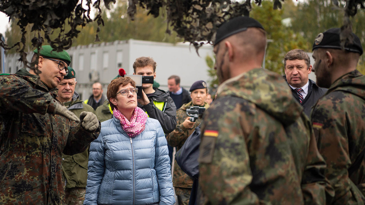 Německá ministryně obrany Annegret Krampová-Karrenbauerová při své cestě nabezpečnostní konferenci vlotyšské Rize nevynechala ani německý kontingent vsousední Litvě.