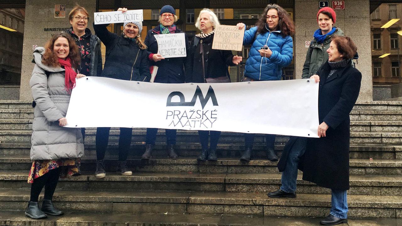 Pražské matky před ministerstvo vnitra v úterý přinesly transparenty aotevřený dopis napodporu dětí zřeckých uprchlických táborů, které česká vláda odmítá přijmout.