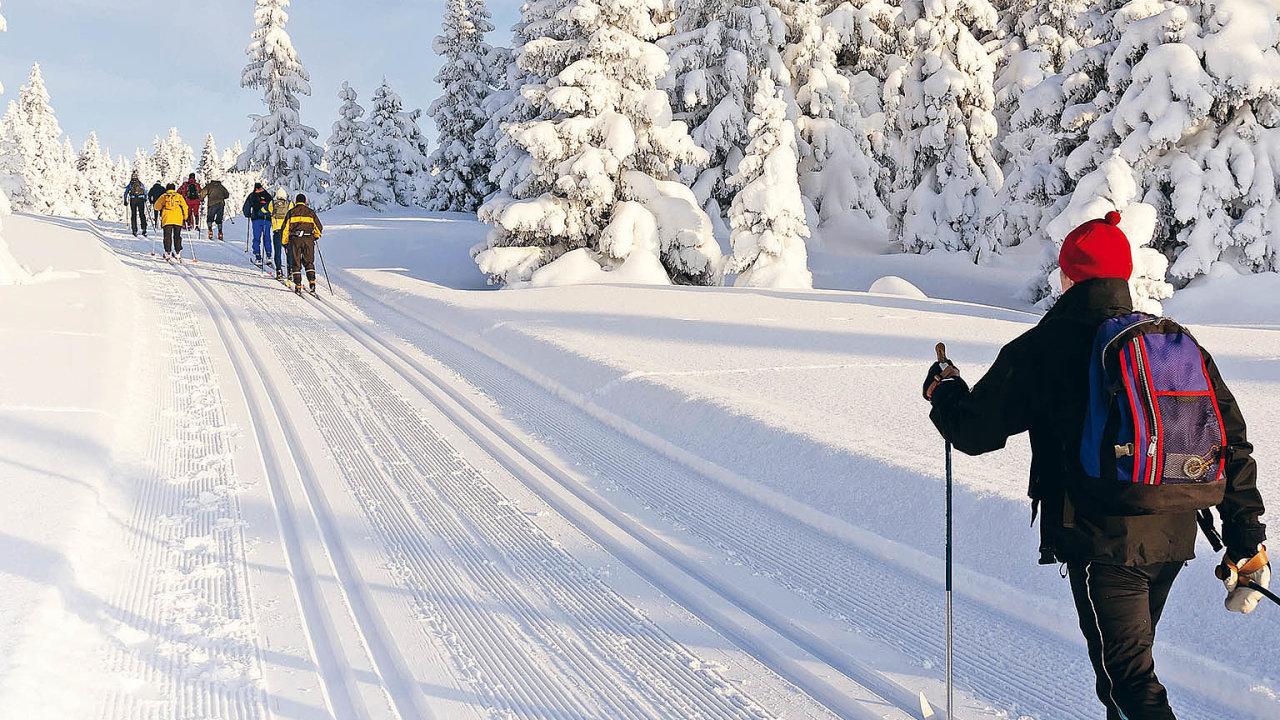 Českým lyžařským střediskům začíná nejdůležitější část roku. Hosty přitom lákají nejen naperfektně upravené sjezdovky, ale také nařadu zajímavostí anovinek.