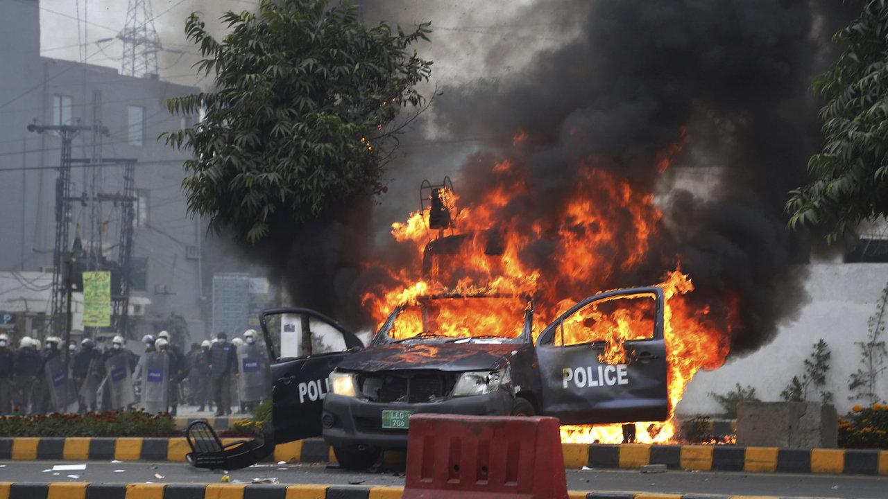 Pákistánskou nemocnici napadl dav právníků. Kvůli potyčce mezi nimi a lékaři zemřeli tři pacienti