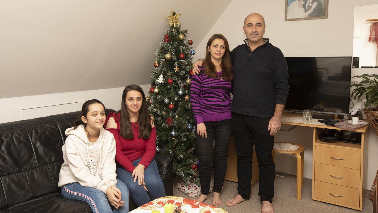 V Česku šťastni.Křesťanská rodina z Iráku, ve vlasti pronásledovaná, si nový český domov nemůže vynachválit.