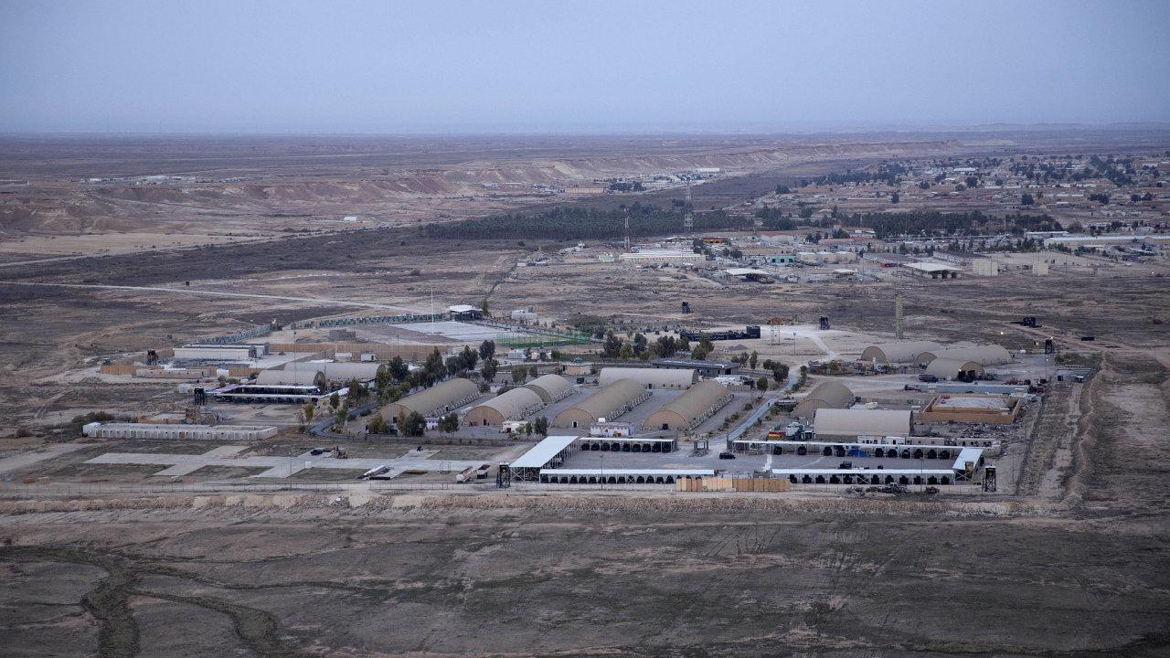 Podle agentury AFP dopadlo na základnu Ajn al-Asad nejméně devět raket, podle zdrojů agentury Reuters nejméně sedm.