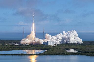 Start rakety Falcon s nákladem družic Starlink 17. února 2019
