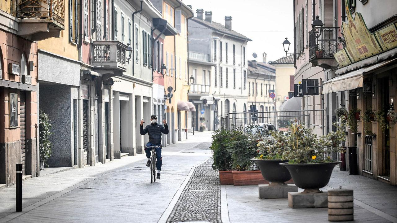 Karanténa. Nakažení už jsou ive více než milionovém Miláně, nejvíce případů ale pořád připadá na město Codogno (na snímku), odkud se zřejmě infekce rozšířila.