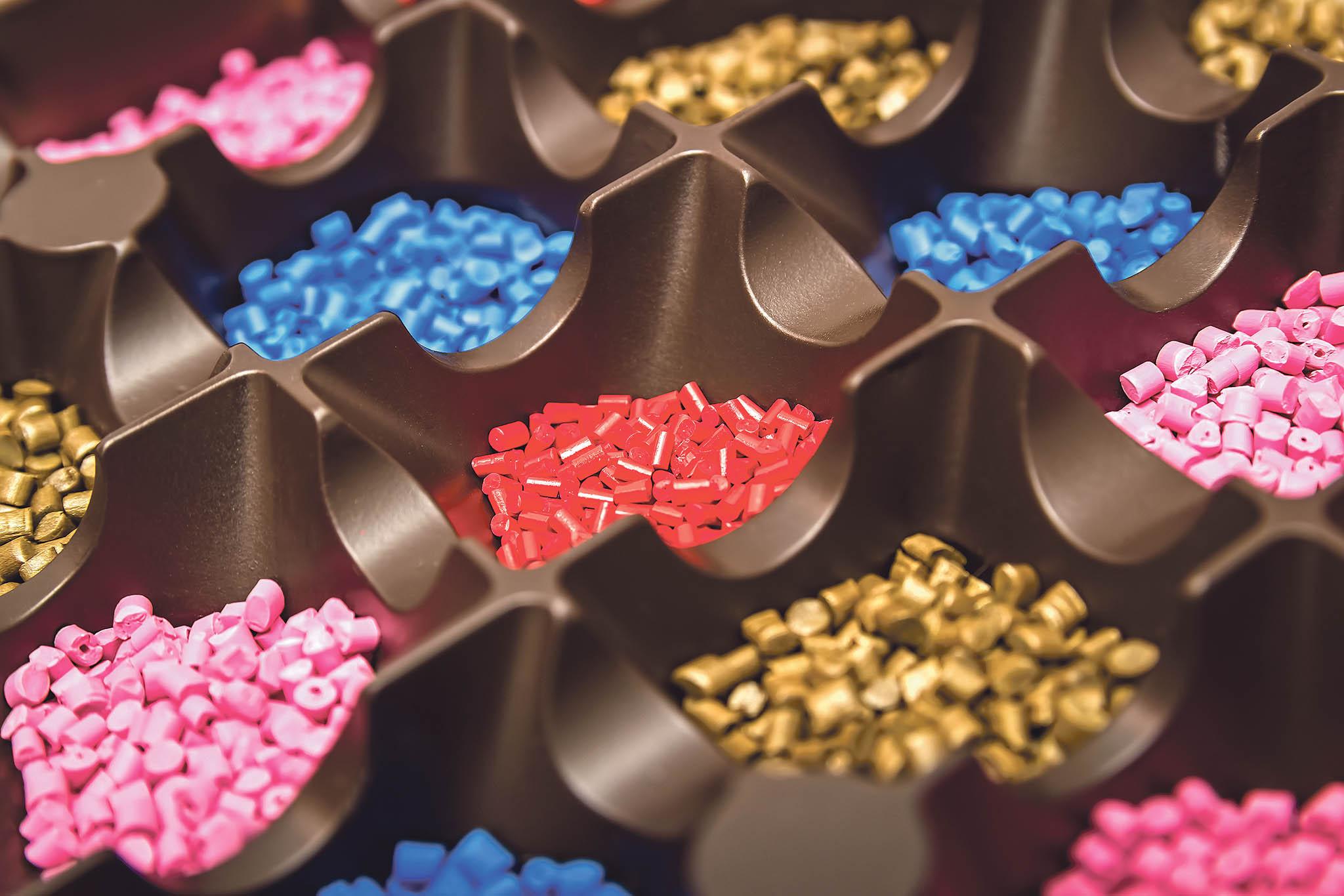 Vstřikovací stroj aplastové pelety, zekterýchse vyrábí různé plastové produkty.
