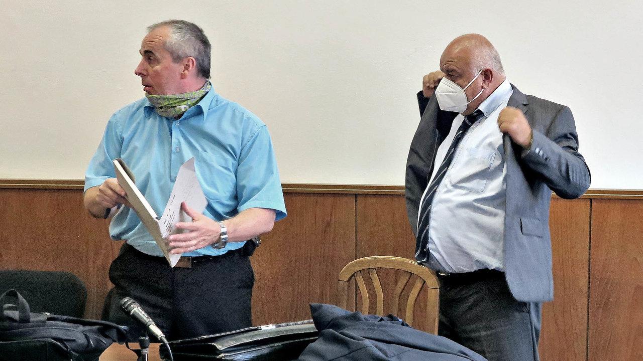 Již dva nepravomocné rozsudky zanadhodnocené znalecké posudky atresty 5 a6 let vězení si vyslechl znalec Vlastimil Hudeček (vlevo).