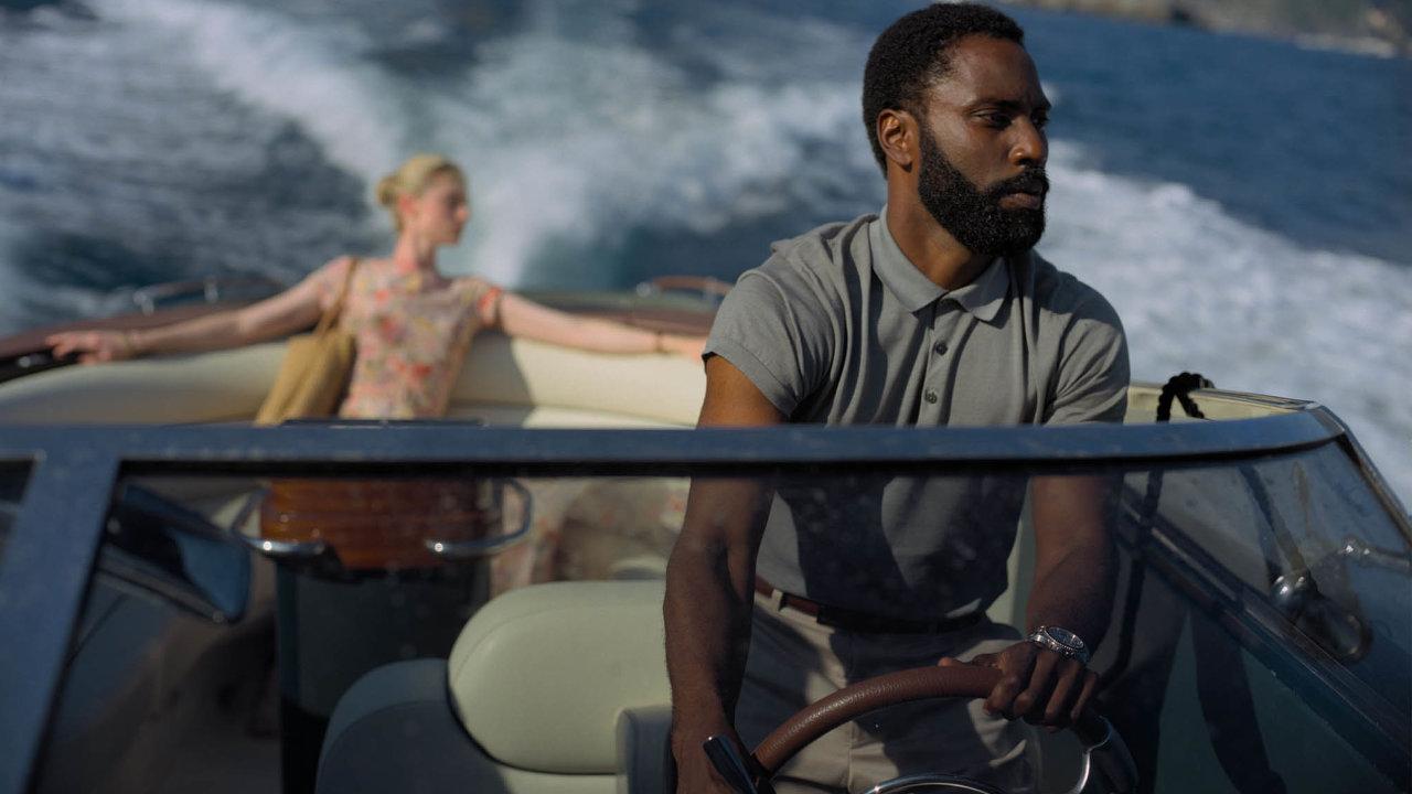 Mnoho scén z thrilleru Tenet odkazuje na hollywoodskou klasiku. Jenže agent CIA v podání Johna Davida Washingtona zachraňuje svět způsobem, který nejvíce připomíná noční můru.