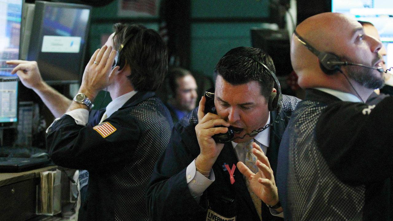 Prodat! Poútoku teroristů byla burza rekordně dlouho zavřená. Když se obchody 17. září konečně rozjely, propadl se Dow Jones index ovíce než sedm procent, což bylo tehdy nejvíc vhistorii.
