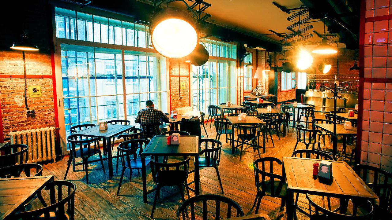 Restauratéři přicházejí o tržby, protože musí zavírat nejpozději vdeset hodin večer akjednomu stolu nesmí pustit více než šest lidí.