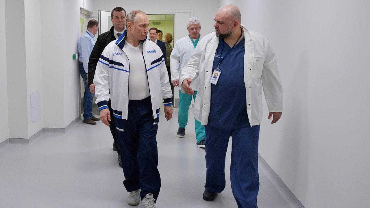 Starostlivý prezident. Vladimir Putin se byl najaře podívat zapacienty skoronavirem. Vlétě prohlásil, že Rusko bude mít jako první nasvětě účinnou látku proti covidu-19.