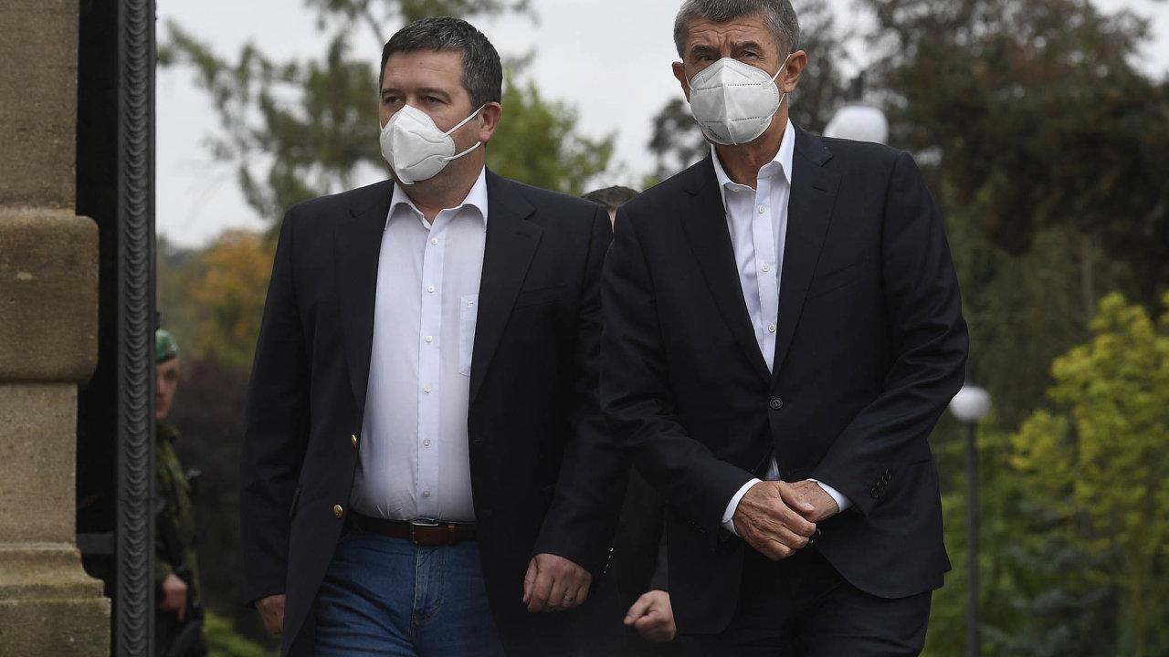 Koaliční lídři Jan Hamáček a Andrej Babiš přišli s odlišnými návrhy jak řešit změnu daní pro příští rok.