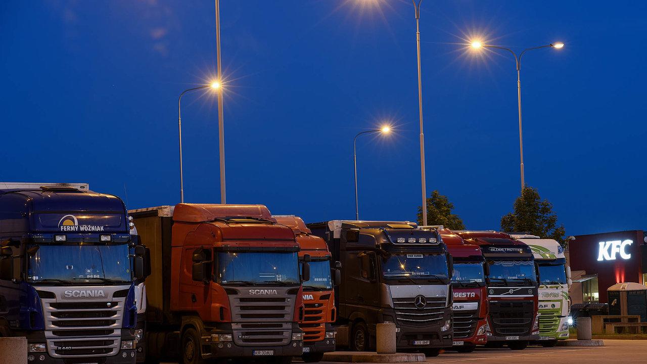 Zavedení sazby pro pět a více náprav musí věnovat pozornost hlavně řidiči těžkých nákladních vozidel, kteří jsou dnes zvyklí mít palubní jednotku nastavenou na čtyři a více náprav (ilustrační snímek).