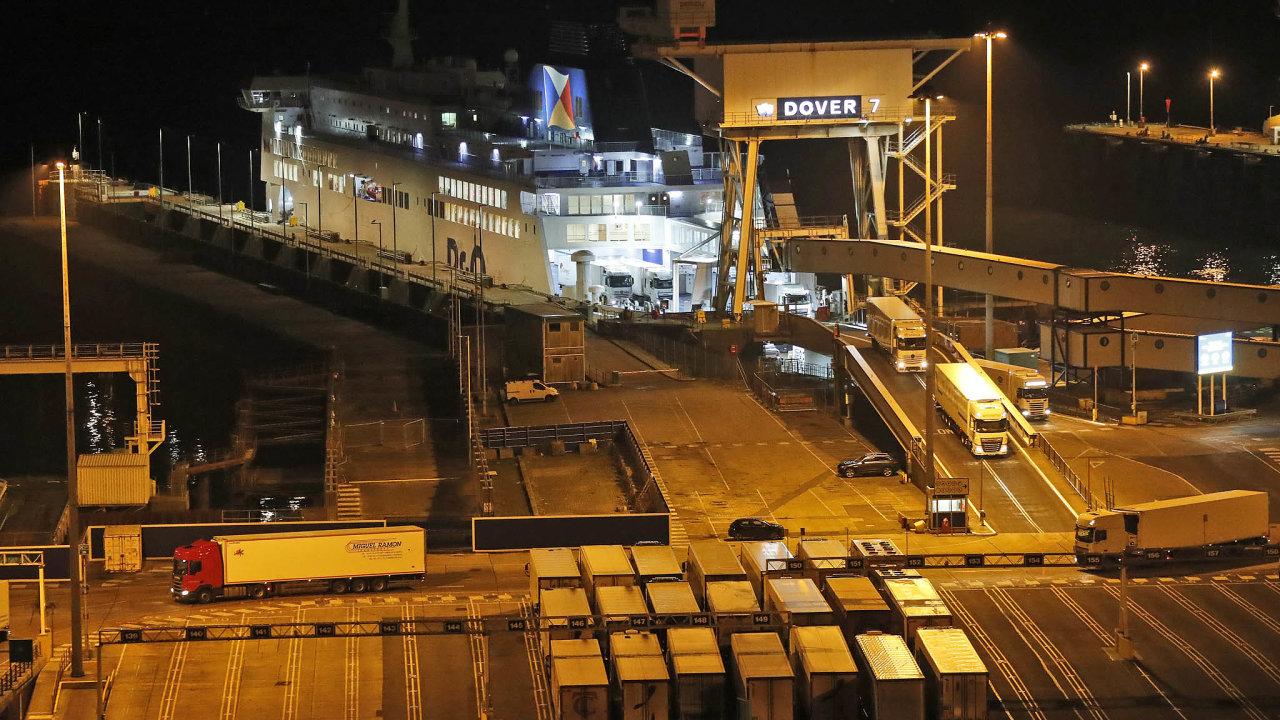 Kamiony sjíždějí z prvního trajektu, který do anglického Doveru dorazil v pátek 1. ledna poté, kdy mezi Evropskou unií a Velkou Británií byly de facto obnoveny hranice.