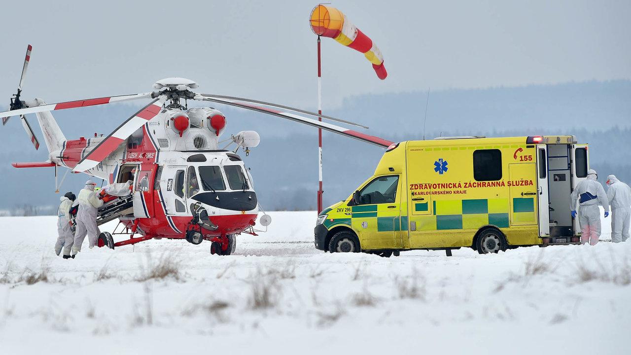 Na letišti v Chebu záchranáři nakládají do vrtulníku pacienta s covidem-19. Z přetížené chebské nemocnice nakažené transportují do jiných zdravotnických zařízení.
