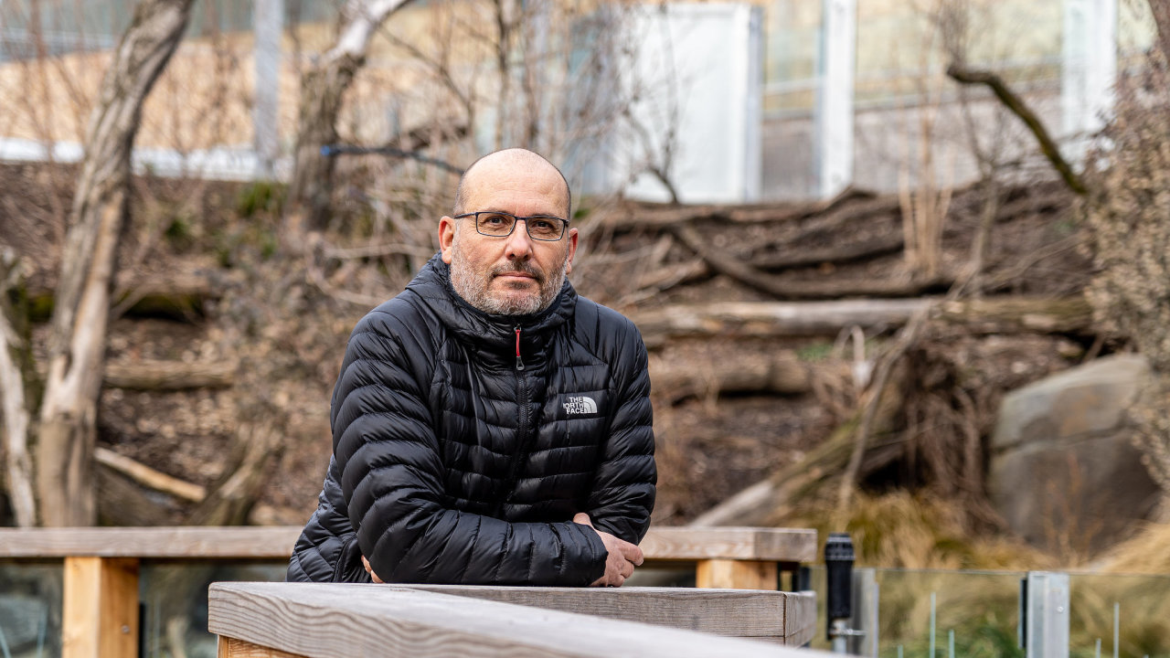 Ředitel Zoo Praha Miroslav Bobek a Darwinův kráter