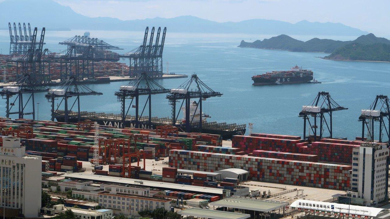 Přístavy v jihočínské provincii Kuang-tung fungují ze 40 procent. Nejvíce postižený je přístav Yantian.