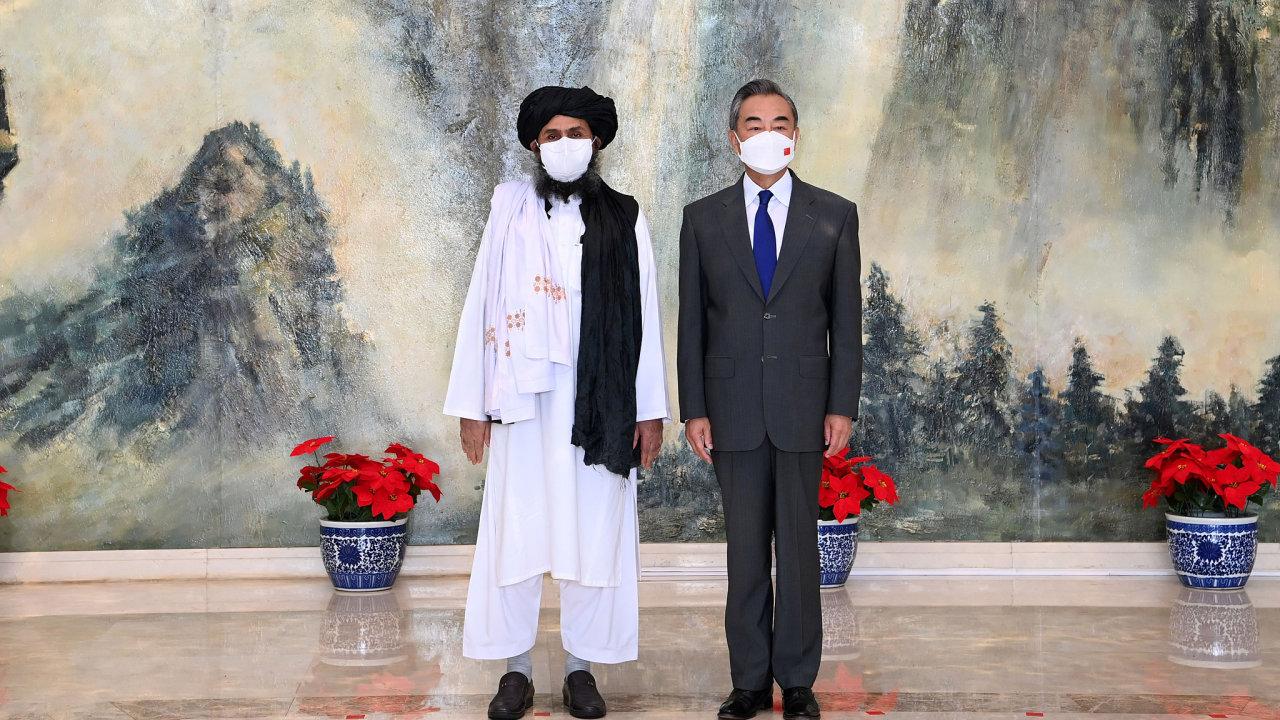 Wang I, ministr zahraničí Čínské lidové republiky a mullah Abdul Ghani Baradar, politický vůdce Tálibánu v Afghánistánu