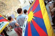 Policie neměla právo nařídit při návštěvě čínského prezidenta sundání vlajek Tibetu a Tchaj-wanu z oken, rozhodl soud